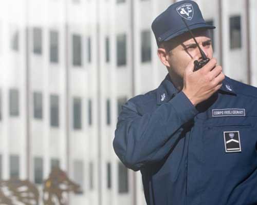 Agente di sicurezza con walkie talkie