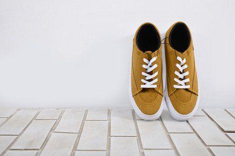 scarpe sportive color ocra