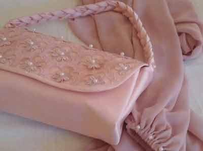 borsetta e camicia rosa abbinate