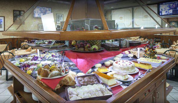 un buffet in un ristorante
