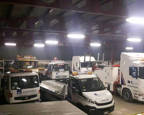 carri attrezzi e altri veicoli di autosoccorso in una rimessa