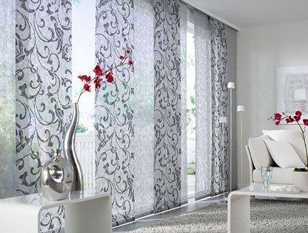 una parete con tappezzeria grigia a fiori
