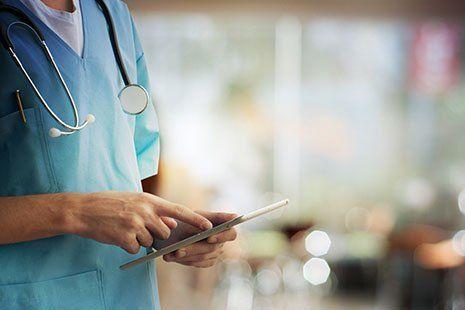 Medico utilizzando una tavoletta digitale