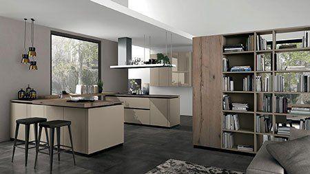 una cucina angolare di color avorio e una libreria in legno