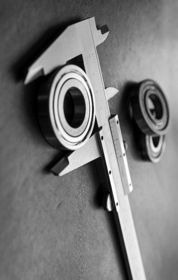 un calibro che misura un oggetto in ferro