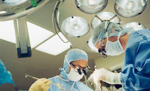 dottori durante una operazione di chirurgia vertebrale primaria