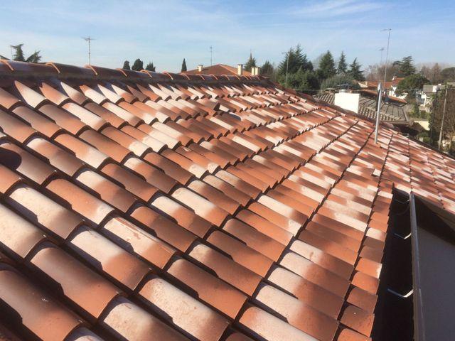 una copertura per tetti di tegole
