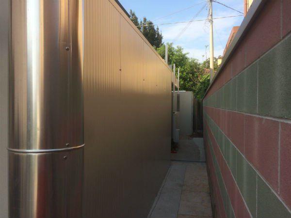 un tubo di ferro e un corridoio esterno
