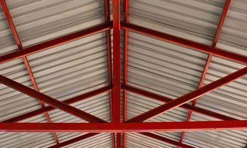 una struttura portante in ferro per tetto