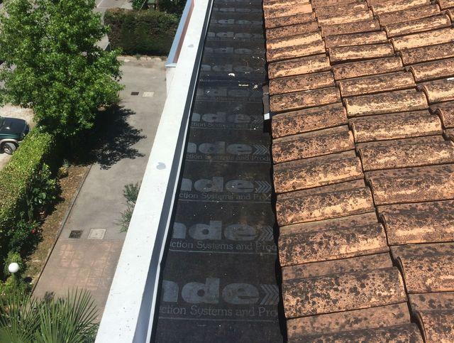 un tetto di tegole e con un materiale impermeabile