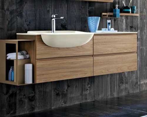 un lavabo e un mobile da bagno in legno