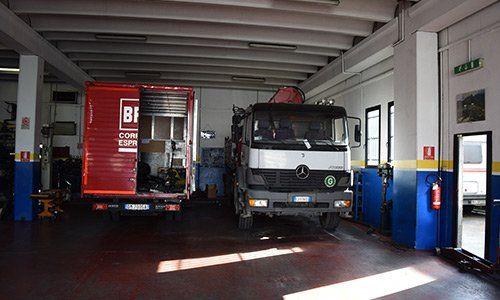 Un garage con dei camion
