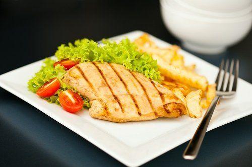un piatto a base di filetto di pollo e dell'insalata