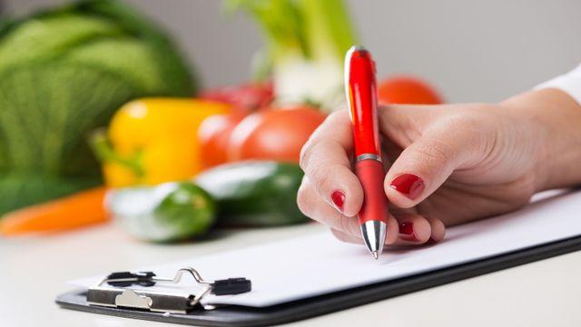 una mano con una penna che scrive su un rilievo di scrittura
