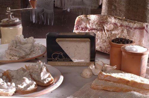 Crema di lardo, accanto un pezzo di lardo e di pane e aglio. Piatti con il pane lardo presto