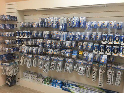 delle ciabatte e delle lampadine appese su un pannello all'interno del negozio Roma