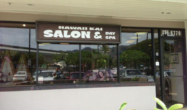 Beauticians at work in Honolulu, HI