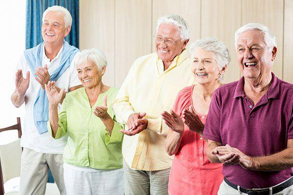 Anziani felici battono le mani