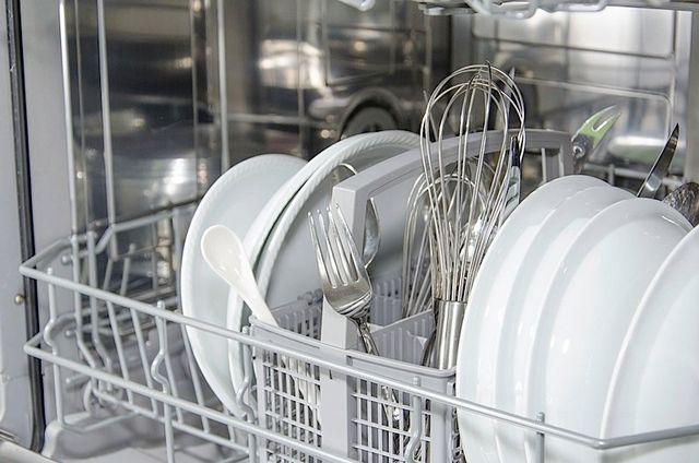 lavastoviglie aperta con piatti e stoviglie all'interno