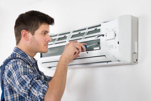 operatore sistemando un climatizzatore