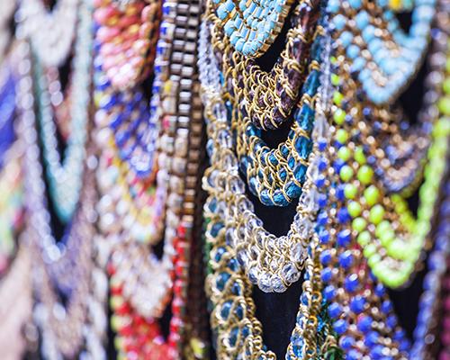 delle collane di perline di vari colori