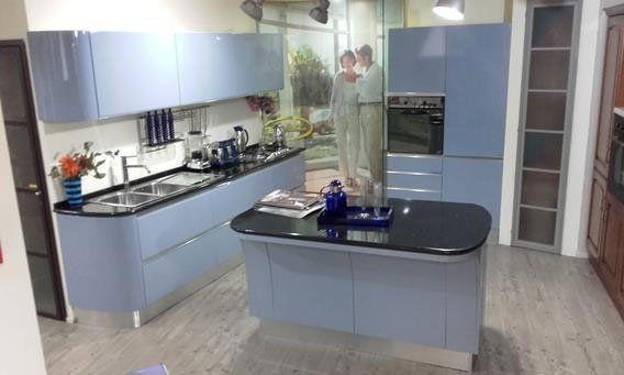 cucina moderna con pavimento in legno su misura con clienti