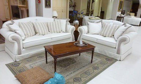 soggiorno moderno con divani, cuscini, tavolo, tappeto e arredamento