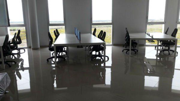 un ufficio con delle scrivanie e delle sedie
