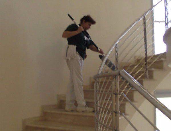 inserviente che pulisce le scale