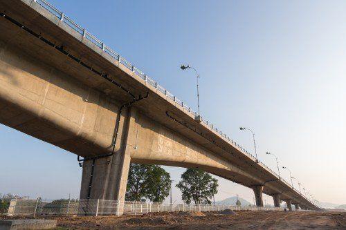 un ponte visto dal basso