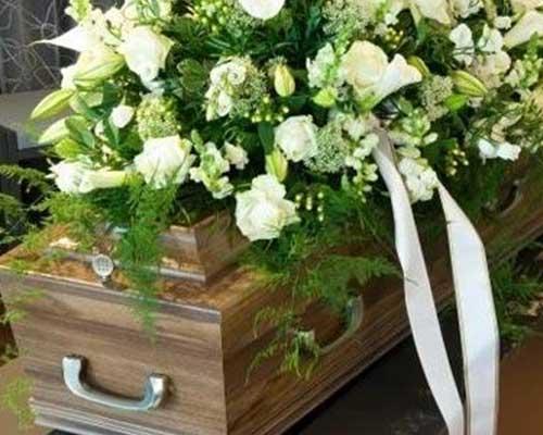 Bara coperta di fiori bianchi