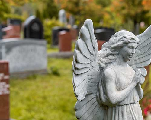 Angelo in pietra in un cimitero.