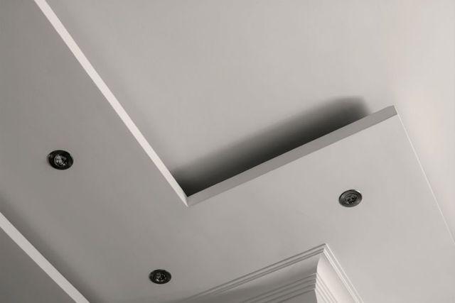 un soffitto con dei faretti
