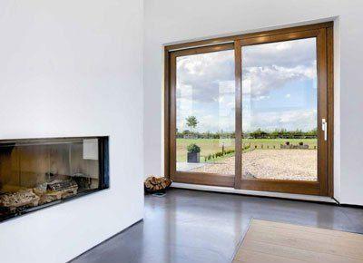 un camino in vetro e una porta finestra