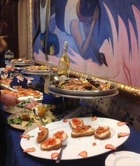 un buffet di bruschette e altri antipasti