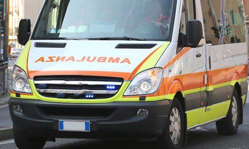 ambulanza italiana corre veloce nel corso di una emergenza medica