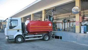 autobotte in magazzino dell'azienda di distribuzione combustibili