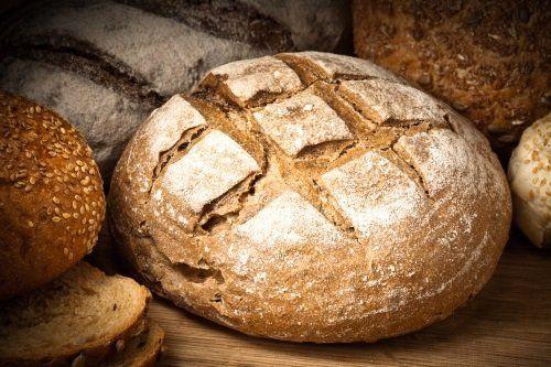 una pagnotta rustica e altri tipi di pane