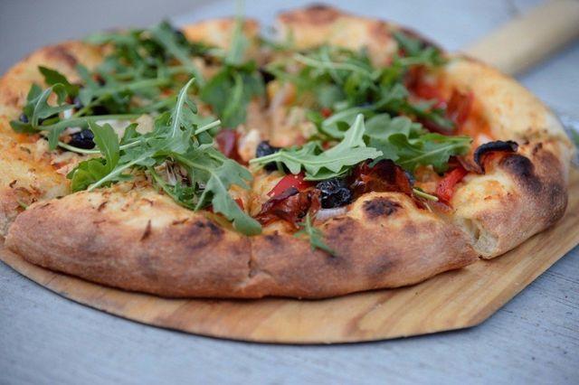pizza sfornata dal forno a legna