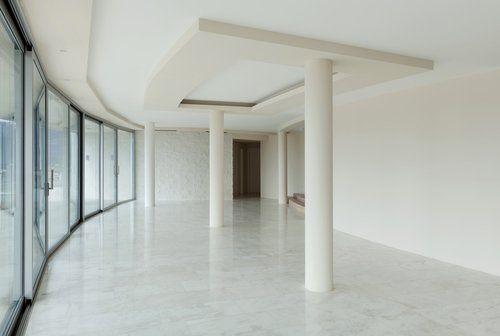 stanza bianca con parete a vetro