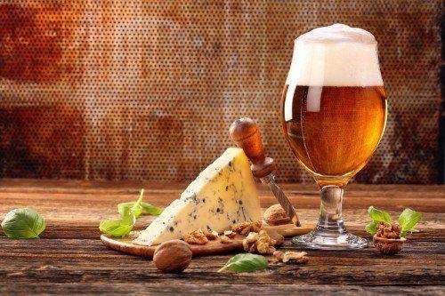 un bicchiere di birra,, delle noci e del gorgonzola