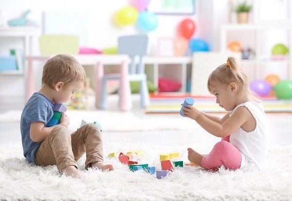 bambini che giocano su tappeto bianco