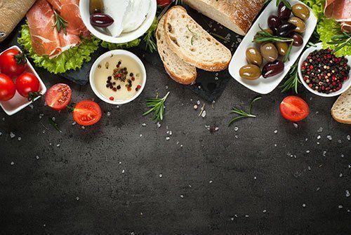 Pane,pomodoro freschi,prosciutto,olive e mozzarella