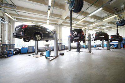 ponti sollevatori auto in una officina