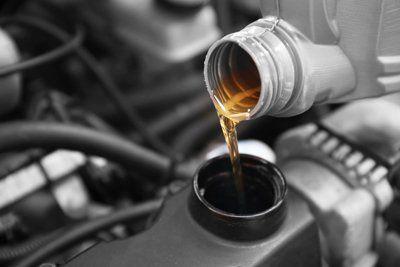 olio che viene versato nel serbatoio di un auto
