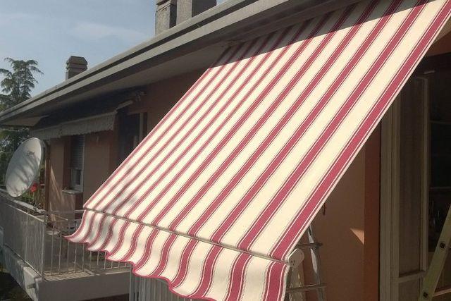 dettaglio struttura tenda in stoffa a righe