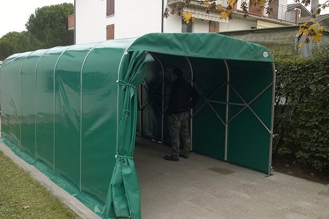 dettaglio struttura tenda in acciaio e copertura in plastica