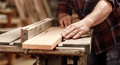 L'impaglasedie tagliando tavola il legno a Napoli