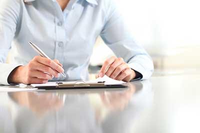 donna durante la firma di un documento