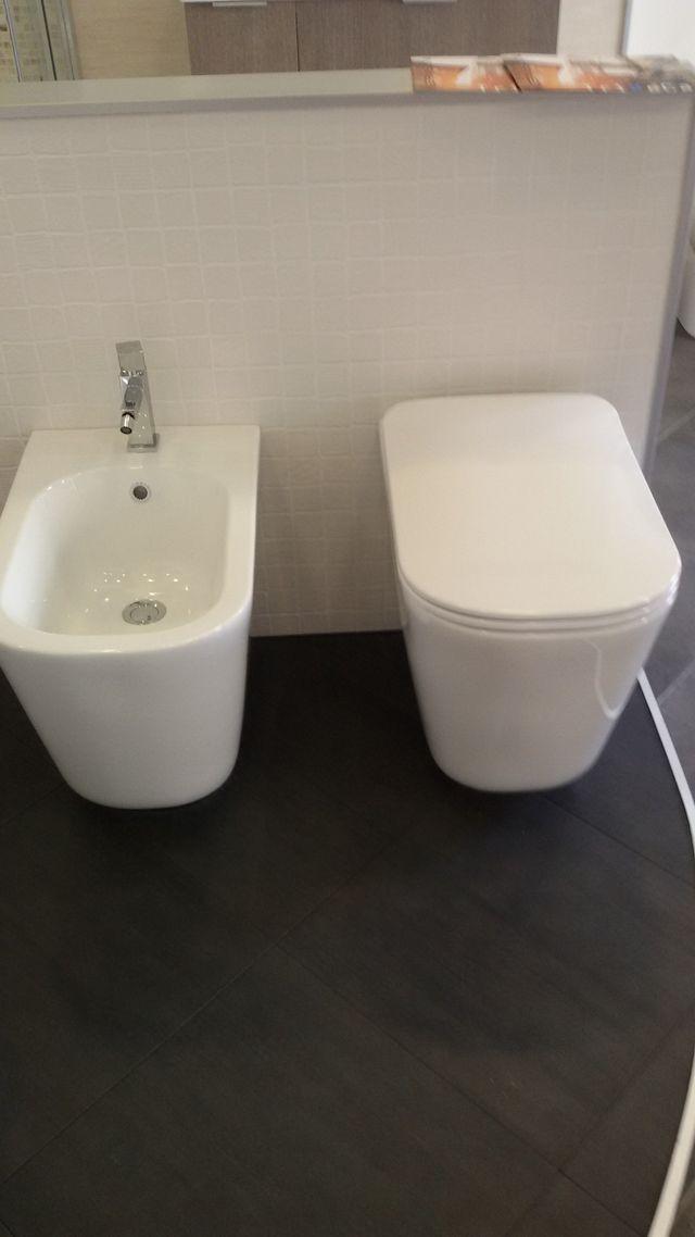 un bidet e un water bianchi